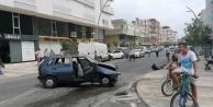 Otomobilin çarptığı minibüs park halindeki araçlara vurdu: 1 yaralı