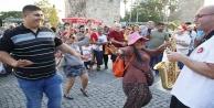 Turistler şehrin merkezinde erik dalı oynadı