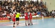 Türk bayrağına izin vermeyip, kadın sporculara tükürdüler!