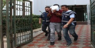 Durakta otobüs bekleyen kişinin cebinden parasını çalan hırsız yakalandı