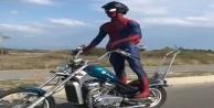 Karayolundaki motosikletli quot;örümcek adamquot; görenleri şaşırttı