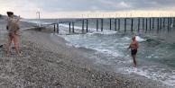 Alanya#039;da Rus turistlerin ocakta soğuğa rağmen deniz keyfi