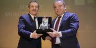 Başkan Böcek#039;e yılın siyaset ödülü
