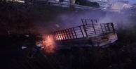 Hurda yüklü kamyonet yanarak kanala uçtu, sürücü son anda atlayarak kurtuldu