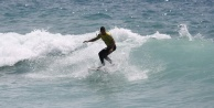 Alanyada 5 metrelik dalgada sörf heyecanı