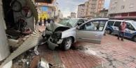 Direksiyonda kalp krizi geçiren sürücünün aracı işyerine daldı