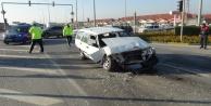 Işıkta bekleyen araca arkadan çarpan yerli otomobil hurdaya döndü: 4 yaralı