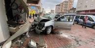 Kalp krizi geçiren sürücünün aracı iş yerine daldı
