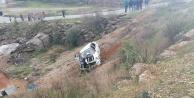 #039;U#039; dönüşü yapan otomobile çarpmamak için ölümden döndüler: 1 yaralı