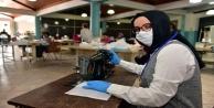 Evindeki dikiş makinesini maske üretimi için bağışladı