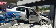 Kontrolden çıkan otomobil markete girdi, ortalık savaş alanına döndü: 3 yaralı