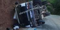 Alanya#039;da freni patlayan kamyonet şarampole devrildi