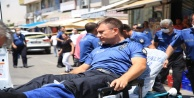 Kahraman polis yaralanmasına rağmen peşini bırakmadığı saldırganı etkisiz hale getirdi
