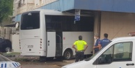 Alanya#039;da akıl almaz kaza! Otobüs dükkana girdi