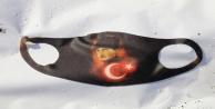 Atatürk ve Türk bayrağı desenli maskeyi gören komutan maskeyi çöplerin arasından çıkardı