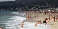 Alanya#039;da turistlerin kapalı havada dev dalgalı deniz keyfi