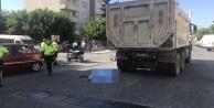 Alanyada bisikletli kadın kamyonun altında can verdi