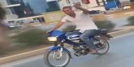 Alkol dolu bardakla motosiklet sürdü, kendisini çekenlere 'şerefe dedi
