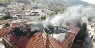 Alanyada 3 katlı apartmanın çatısı alev alev yandı