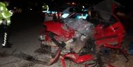 Kamyonla kafa kafaya çarpışan otomobil hurdaya döndü: 2 ölü var