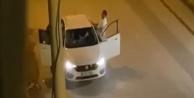 Otomobil içerisindeki kadının yüzüne tekme