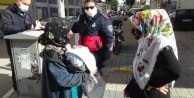 Dondurucu soğukta 10 günlük bebeğiyle dilenirken yakalandı, pişkinliğiyle #039;Pes#039; dedirtti