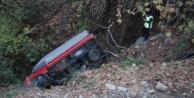 Uçuruma yuvarlanan kamyonetteki yaralı yalın ayak 600 metre yürüyüp yardım istedi