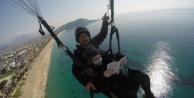 Alanya#039;da Yamaç paraşütünde kitap okuma keyfi