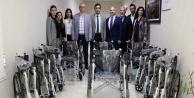 AÜ'den tekerlekli sandalye bağışı