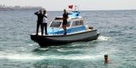 100 metre açıkta sırtüstü yüzen adam deniz polisini alarma geçti
