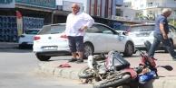 Motosiklet ile otomobile çarpıştı
