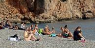 Güneşli havayı fırsat bilenler sahillere akın etti