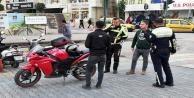 Alanya'da kasksız motosiklet sürücüleri polise takıldı