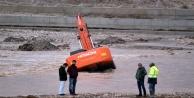 Boğaçay'da iş makinesi suya gömüldü