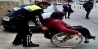 Kaldırımdaki araca takılan engelli bireyin yardımına polis yetişti