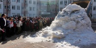 Kamyonlara yüklenen 5 ton kar öğrenciler için getirildi