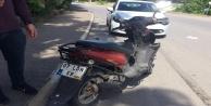 Ehliyetsiz sürücünün kullandığı otomobil motosiklete çarptı: 2 yaralı