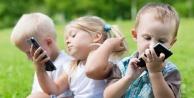 Ağlayan çocuğun eline cep telefonu veren ebeveynlere uyarı