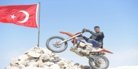Motorlarıyla 3 bin metreye tırmanıp Türk Bayrağını yenilediler