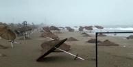 Fırtına sahilde sağlam şemsiye bırakmadı