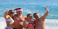 Rus turistlerin Noel Baba şapkasıyla deniz eğlencesi!