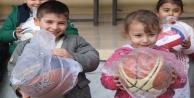 Öğrencilere spor malzemesi yardımı sürüyor