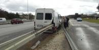 Antalya-Alanya yolunda  çelik bariyer minibüse ok gibi saplandı