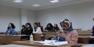 Kader bebeği ile üniversite sıralarında ders görüyor
