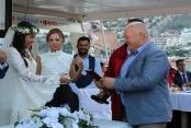 Denizin ortasında muhteşem düğün
