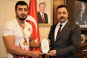 ALKÜ'lü milli sporcu başarısını rektör Kalan'la paylaştı