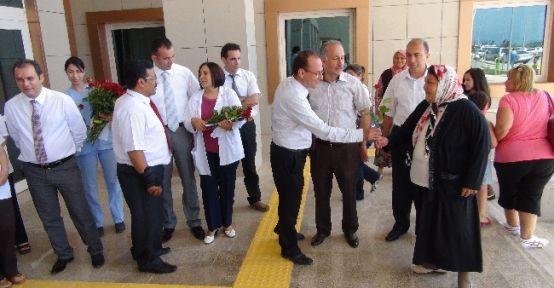 Vatandaşlar Yeni Hastanede Çiçeklerle Karşılandı