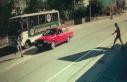 Su almak için otobüsten inen futbolcuya otomobil...