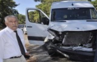 Otomobil ile tur minibüsü çarpıştı: 2 yaralı