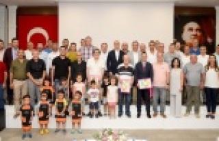 OSB Karikatür yarışmasının kazananları ödüllerini...